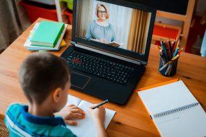 Bambino svolge una videolezione