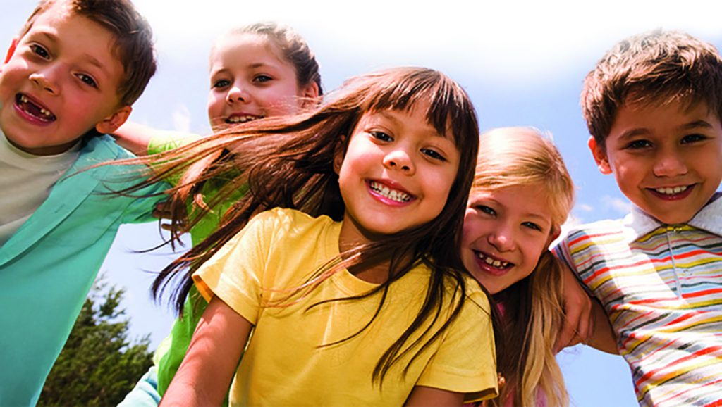 bambini sorridenti si abbracciano