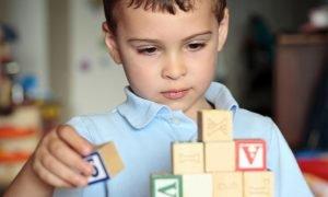 bambino gioca con cubi di legno